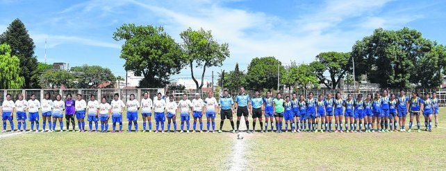 Torneo 2017. Los planteles de Argentino y Rosario Central en el último partido del primer torneo oficial de la Rosarina. El equipo de Arroyito terminó invicto y se quedó con el primer título.