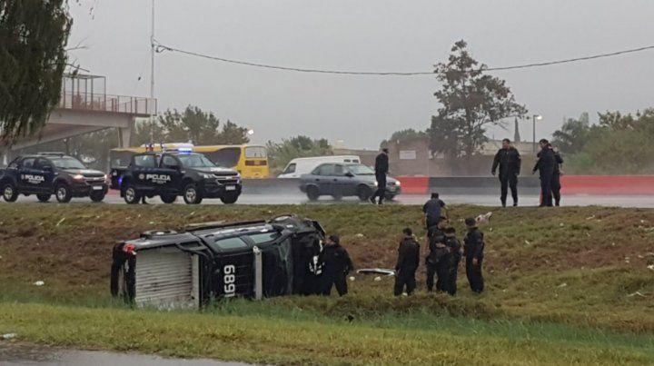 Un móvil policial chocó y otro volcó en una persecución que terminó con tres detenidos