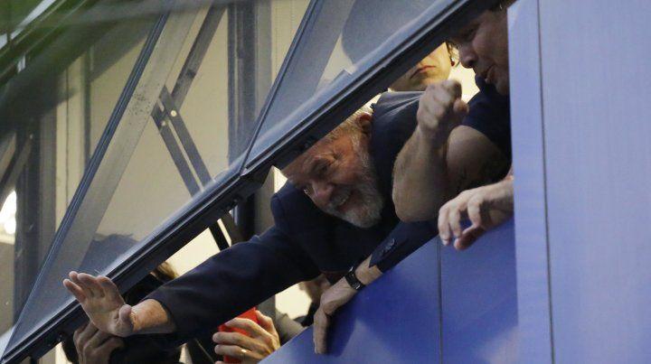 Lula saluda a sus seguidores. Esta en rebeldía desde las 17.
