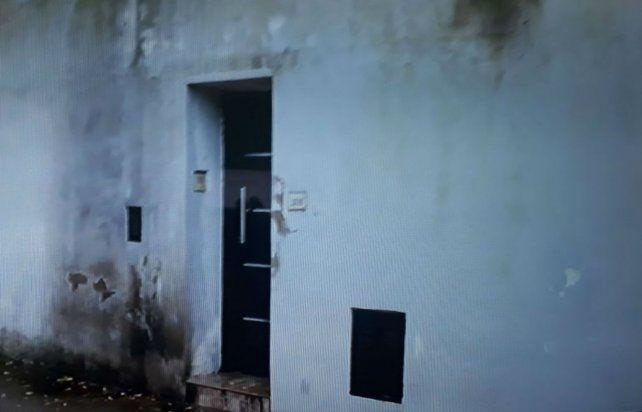 Las huellas de las bombas molotov en la puerta de la casa son un reflejo del ataque sufrido. (Foto: captura de TV)