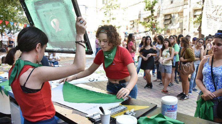 Las estudiantes universitarias se sumaron a la campaña a favor de la despenalización.