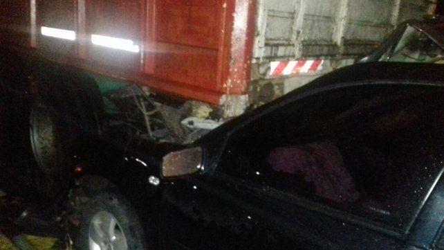 El Bora se incrustó en la parte trasera del camión. (Foto: Redacción Firmat)