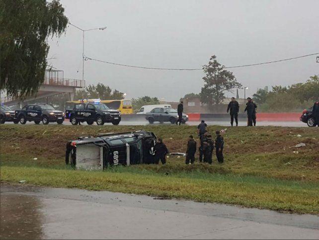 De costado. Uno de los vehículos policiales volcó en la Circunvalación.