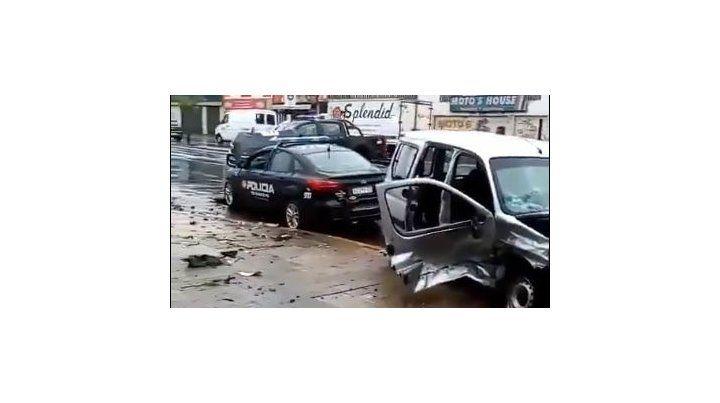 La violencia del impacto quedaron en evidencia en la parte lateral de la Kangoo. (Foto:@pablo71800017)