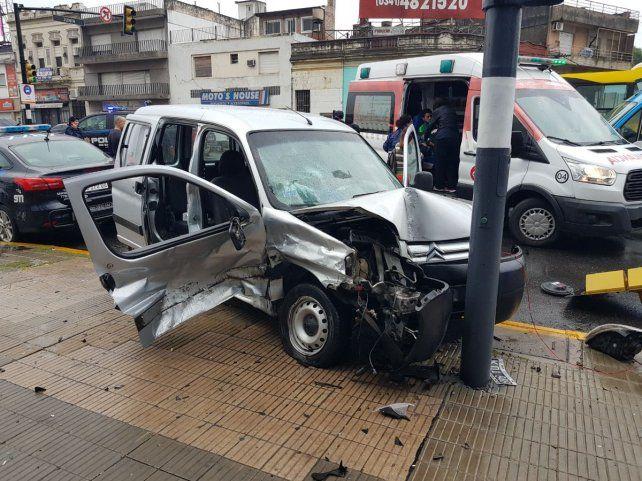 La Berlingo fue chocado en el lateral y posteriormente impactó contra el semáforo. (Foto: @leodelga2)