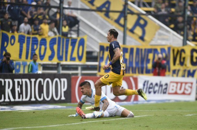 Zampedri ya tocó al gol el rebote del arquero y comienza el festejo del segundo gol canalla.