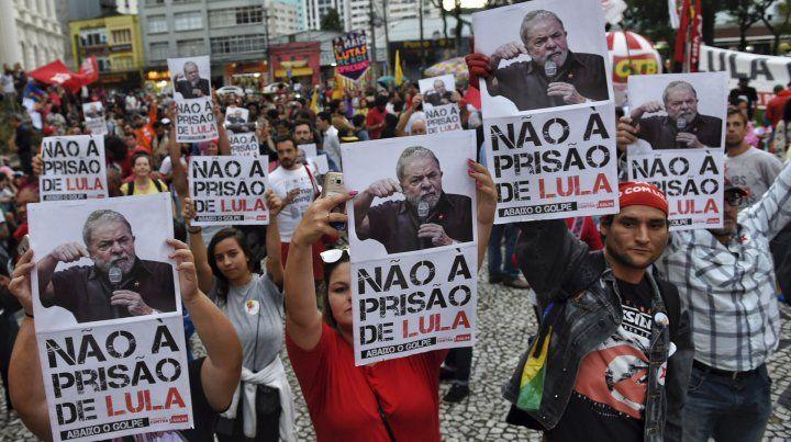 Respaldo popular. Brasileños protestan en Curitiba contra el encarcelamiento del ex mandatario.