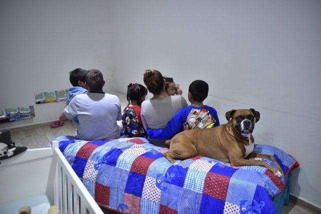Los cuatro hermanitos junto a Ariel y María Inés, ayer, en la casa que ahora todos comparten en Roldán.
