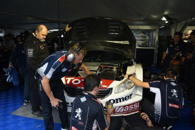 Piñas. El team Peugeot trabajó contrarreloj para que Werner corriera (arriba). Dos chocados de la F-R (izquierda).
