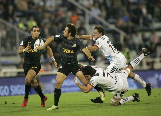 En ataque. Nicolás Sánchez intenta habilitar con un rever a Joaquín Tuculet.