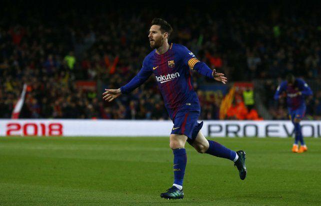Esa vieja costumbre de gritar. Messi sale disparado para festejar uno de sus 3 goles.