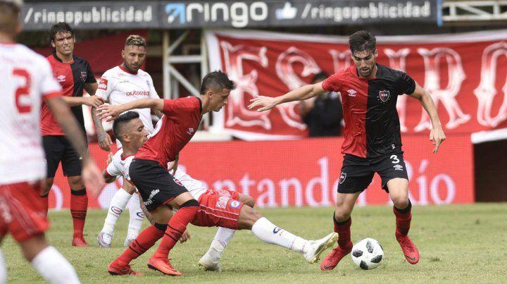 Fértoli y Evangelista disputan la pelota con Barrios en el estadio de Argentinos. Fue en el último partido de visitante de la Lepra
