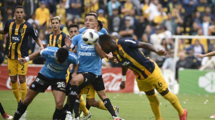 El impacto justo. El colombiano le puso la cabeza al centro y le dio destino de red.