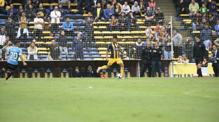 Nahuel Gómez. El defensor redondeó un partido aceptable en su debut en primera.