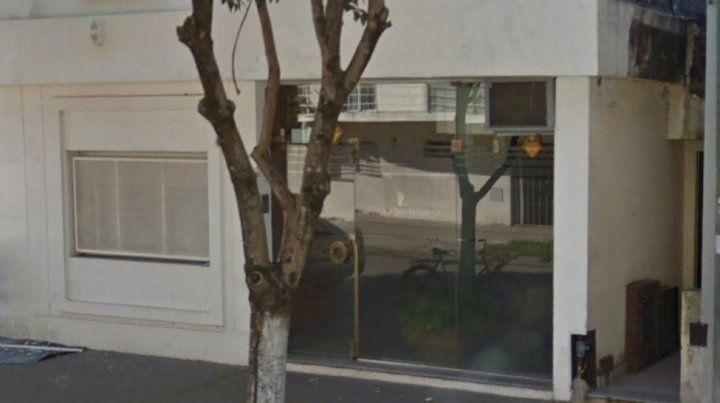 Trágico. El frente de la clínica en la que fue asesinada esta tarde una mujer de 78 años.