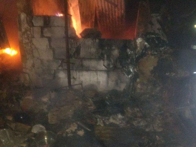 Confuso. La casa precaria ardió en llamas y la investigación llevó a sospechar en el hombre.