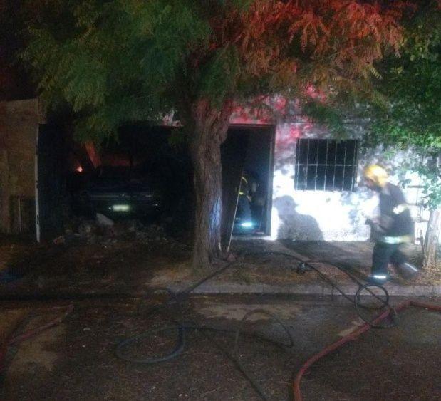 Después del fuego. Personal de bomberos trabajó en el lugar y extinguió las llamas.