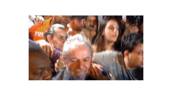 a curitiba. Lula sale finalmente el sábado a la noche de su refugio en San Bernardo do Campo y se entrega a la Policía Federal.