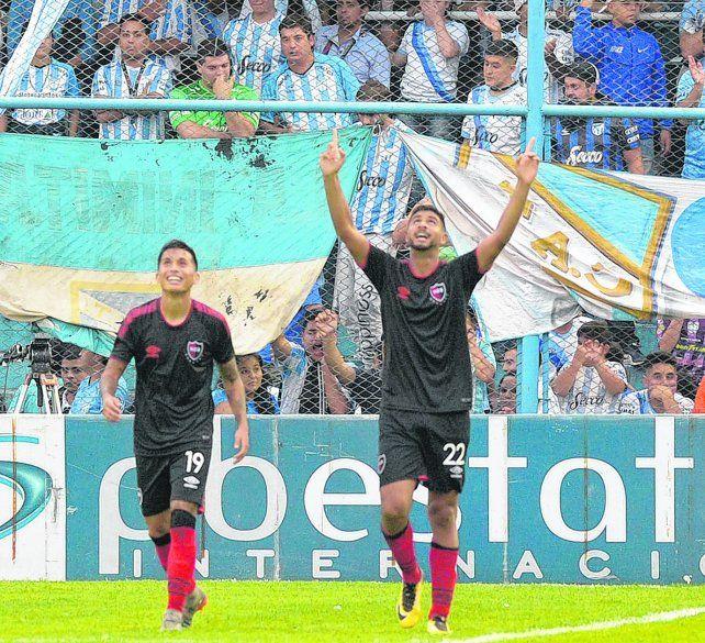 Celebración. Varela mira hacia el cielo en el festejo de su gol. Opazo vuelve a la mitad de cancha con una sonrisa.