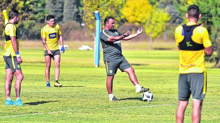 Directivas. Leo Fernández da indicaciones en medio de un entrenamiento. El técnico sabe que se juega una parada brava el jueves en su primer partido internacional.