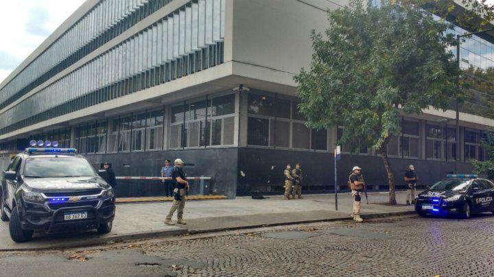Fuerte custodia en las puertas del Centro de Justicia Penal.