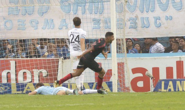 Joaquín Varela celebra con alma y vida el empate del domingo ante Atlético Tucumán.