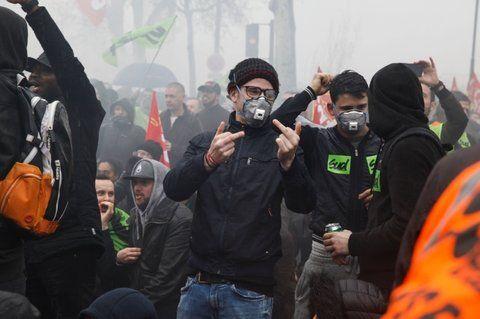 Los sindicatos ferroviarios protestan contra una reforma para modificar los estatutos de la compañía estatal SNCF.