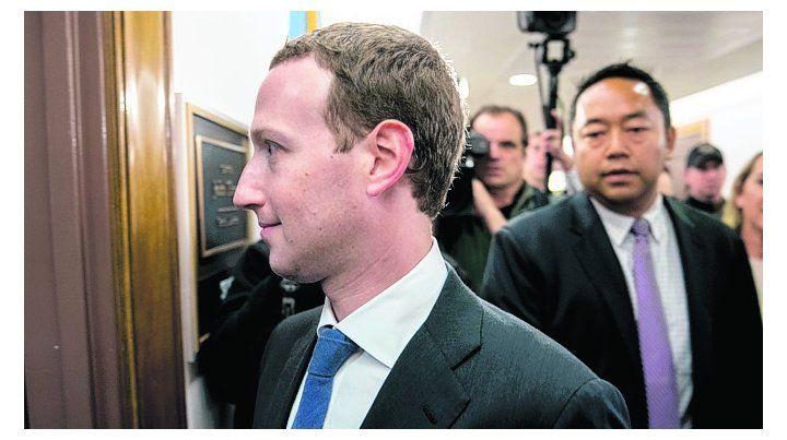 marc zuckerberg. El director de Facebook llega ayer al Capitolio.