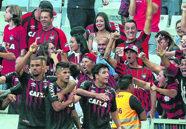 Con chances de coparse. Ze Ivaldo y Bruno Guimaraes abrazados en el festejo tras la conquista del torneo Paranaense