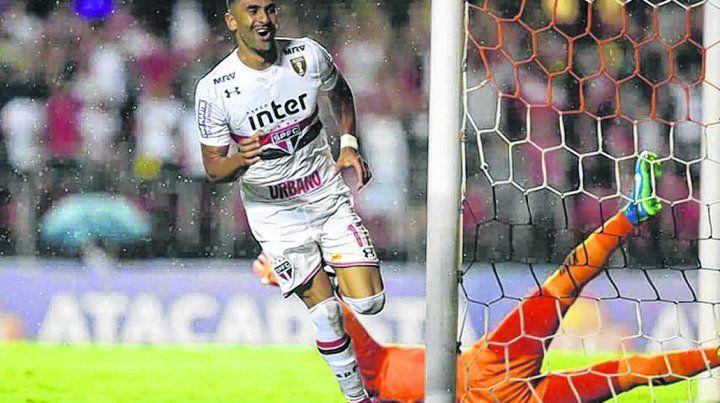 El artillero. El colombiano convirtió tres de los últimos cuatro goles del equipo paulista que visitará el jueves a Central.