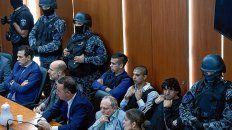 revés. Custodiados y con chalecos antibalas, los principales acusados escucharon el fallo en silencio.