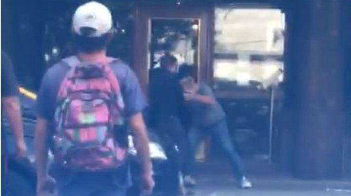 Los dos hombres se agarraron a las piñas ante la vista de varios testigos.