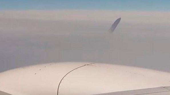 Filman un objeto extraño desde un avión en pleno vuelvo
