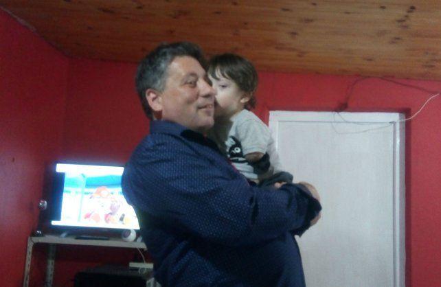 El realizador sostiene en brazos a Joaquín