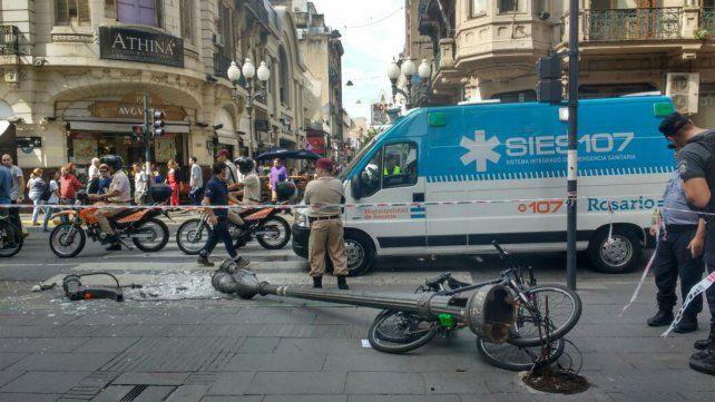 La columna cedió este mediodía y lesionó a dos mujeres que transitaban por el lugar.