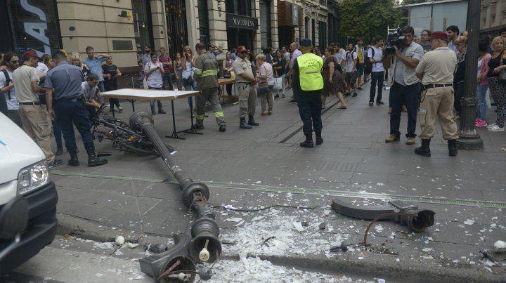 La columna se desplomó este mediodía y provocó lesiones en dos mujeres.