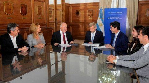 Acuerdo. La firma de los convenios se efectuó en la Casa Rosada.