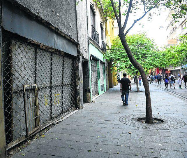 desolada. En la cuadra que va desde Laprida a Maipú abundan los locales cerrados y abandonados.