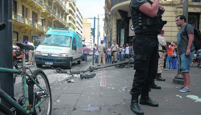 conmoción. El poste se desplomó sobre la peatonal en pocos segundos.