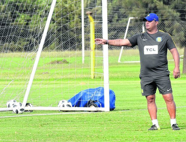 Ordena. Leo Fenández está convencido de que el partido ante San Pablo se gana por las bandas. El DT confía mucho en su equipo.