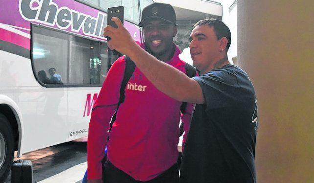 Selfie. El mediocampista Jucilei posa con un hincha brasileño que fue a recibir al plantel.