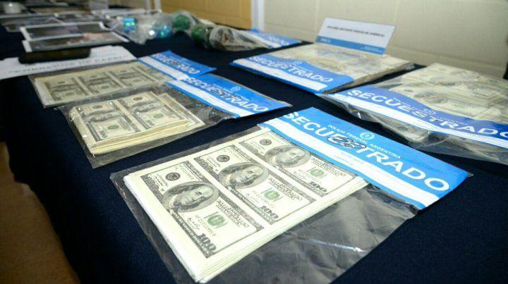 Dólares. El operativo detectó millones de dólares y pesos falsificados que eran elaborados por la banda.