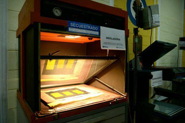 Insoladora. Las herramientas y máquinas que utilizaban los delincuentes para falsificar dinero.