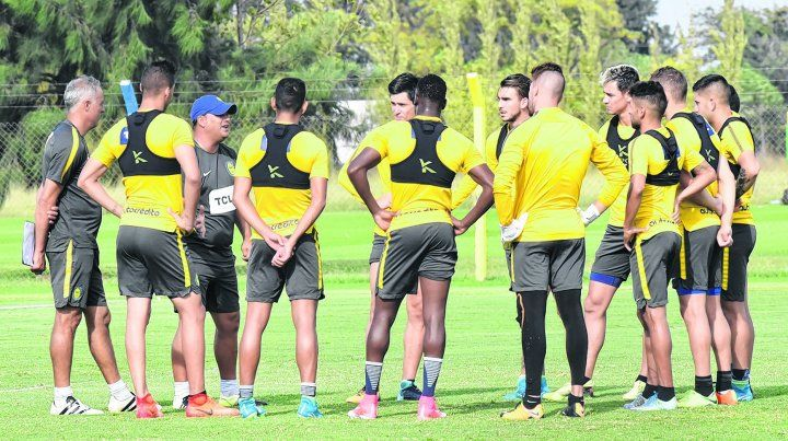 La unión hace la fuerza. Leo Fernández da las indicaciones pertinentes a los jugadores que hoy estarán desde el primer minuto. Cuerpo técnico y futbolistas tendrán una parada brava ante un rival histórico.