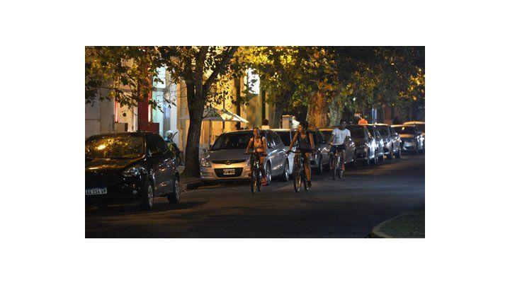 sustentable. Tres ciclistas circulaban ayer por Oroño. El objetivo es  que toda la calle quede para ellos y los autos estacionados sean parte  del pasado.