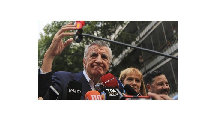 Luz roja. Gioja encabezó ayer un acto contra la intervención del PJ dictada por la jueza Servini.