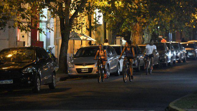 Sustentable. Tres ciclistas circulaban ayer por Oroño. El objetivo es que toda la calle quede para ellos.