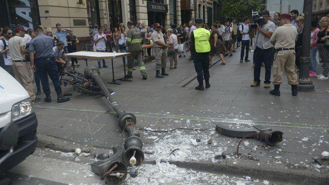 Impacto. La columna que cayó el martes en Córdoba y Corrientes.