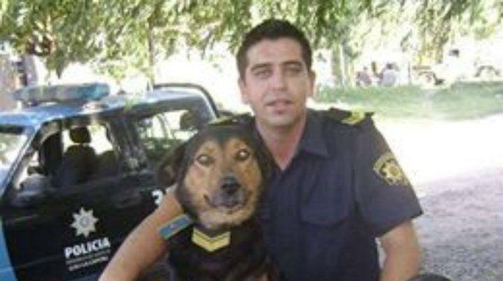 El policía rosarinoFausto Valenzuela le festejó el cumpleaños a su perro y se volvió viral.