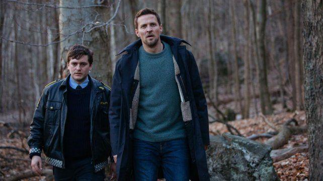 La relación entre dos hermanos, ambos policías, dispara el misterio de la serie de Netflix